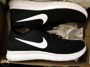 Nike free rn shoe:its a brand new shoe of size