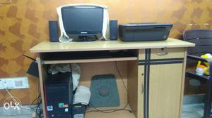 Computer set with a computer table
