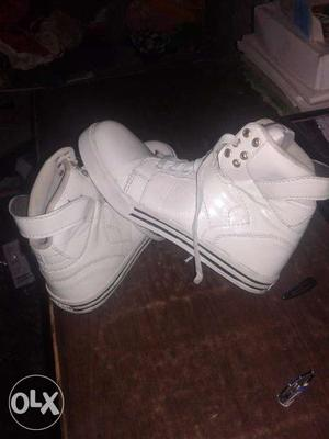 White sneakers looks fashionable not used at once