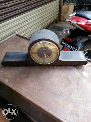 Antique qwartz table clock in working condition