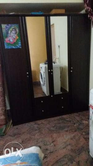 I'm selling 4 door wardrobe,it's in gud condition