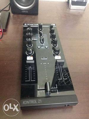 Traktor Z1 – DJ Mixing Controller
