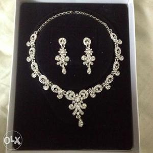 Elegant necklace which goes best with party wear.