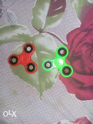 Two fidget spinner at low cost No scratch in it