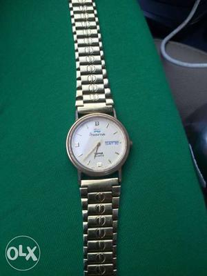 Round White-faced Analog Watch With Silver Link