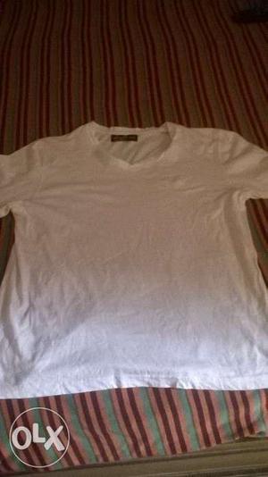 White t shirt v neck, medium size, new