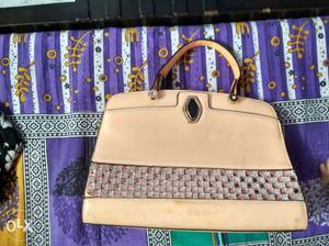 Peach colour handbag in a very gud condition 1