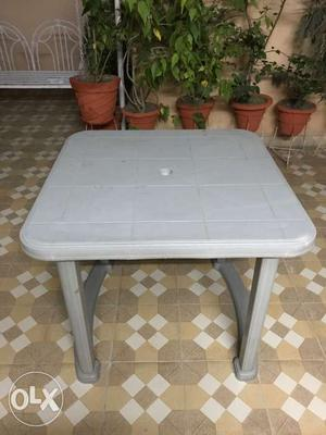 Plastic table in excellent condition for urgent