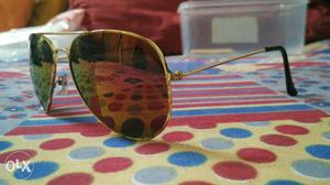 Golden shade Aviator with a multicoloured look!