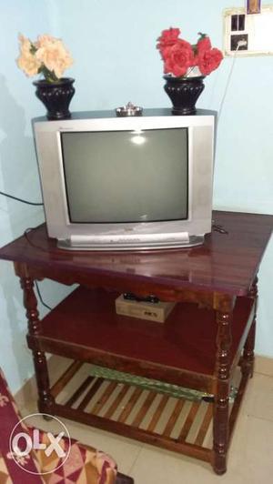 1 tv tables standard, 1 LG tv