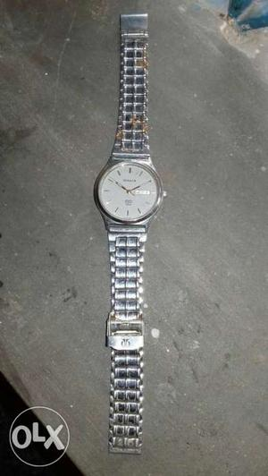 Round White Faced Analog Watch With Silver Link