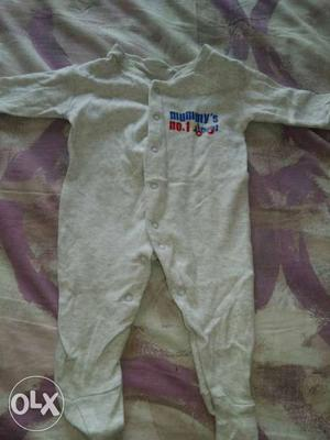 Full rompers in good condition. Can b used for