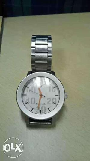 White Round Faced Analog Watch With Silver Link