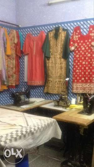 RENT: Boutique with furniture and machines on