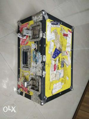 Flight case in good condition. inside dimensions.