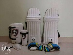 SG cricket kit including, 1 pair gloves(right