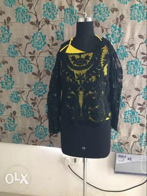 Knitted embrodered black top with yellow inner