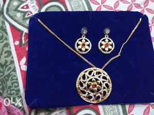 Round Gold-colored Flower Pendant 2-piece Jewelry Set