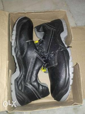 Safety Shoes Size 8 NO. Pack New shoes.