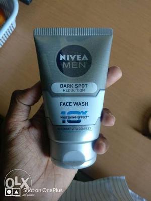 Nivia dark spot reduction face wash