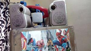 2 big akai and 1 small desktop speaker