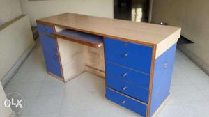Office table with keyboard tray in very good condition