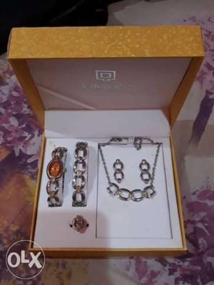 Jewellery set (necklace, earings, bracelet, ring