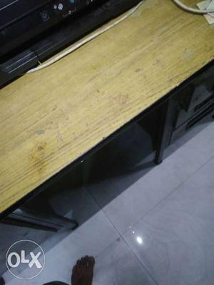 Office table, good condition.just like that a 6
