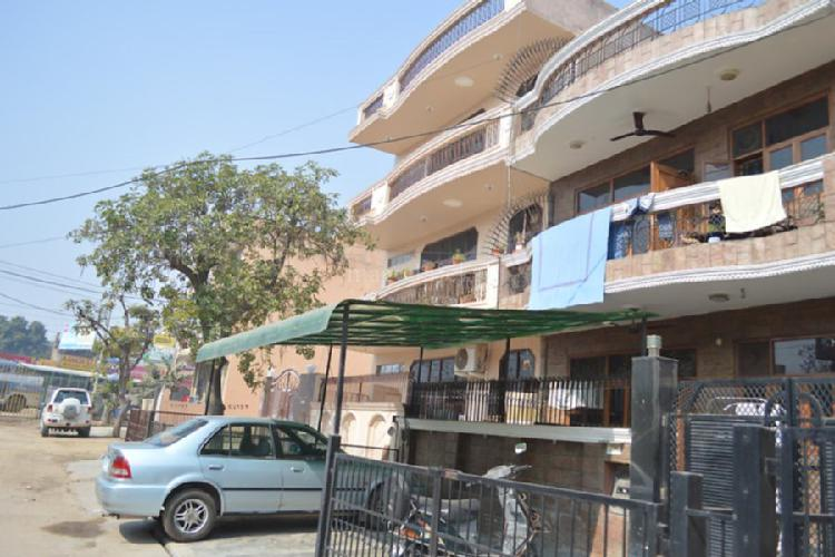 1bhk close to Genpact NH8 in Sector 17 Gurgaon 9899323880