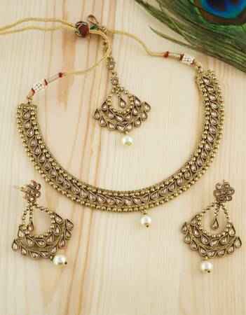 Buy a creative collection of Indian jewellery for women from